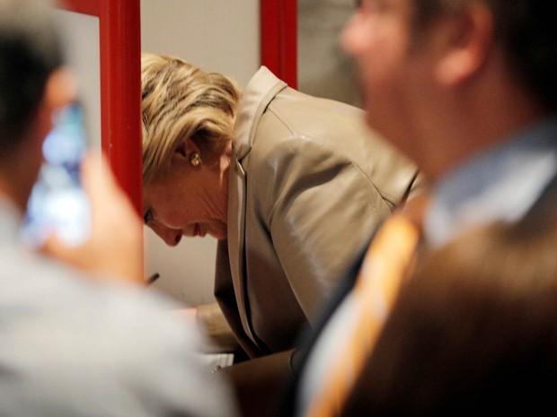 A candidata democrata à Presidência dos EUA, Hillary Clinton, registra seu voto em uma escola de Chappaqua, em Nova York (Foto: Brian Snyder/Reuters)