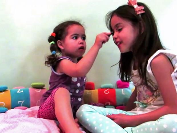 Ester e Eloah fazem maquiagem para canal do Youtube (Foto: Elaine Lourenço/Arquivo Pessoal)