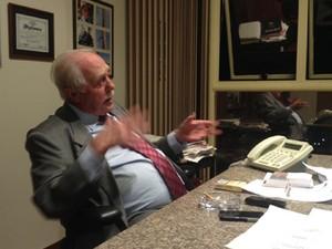 O advogado José Gerardo Grossi, em entrevista a jornalistas após primeiro dia de trabalho de José Dirceu (Foto: Priscilla Mendes/G1)