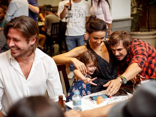 Ana Flor e Juliana Wolter posam com Daniel Erthal em inauguração de restaurante na Zona Sul do Rio (Foto: Marcos Samerson/ Agência We love Photo!/ Divulgação)