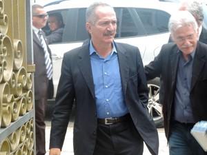 Ministro Aldo Rebelo chega ao velório com o vice-prefeito do Recife, Luciano Siqueira (Foto: Renan Holanda / G1)