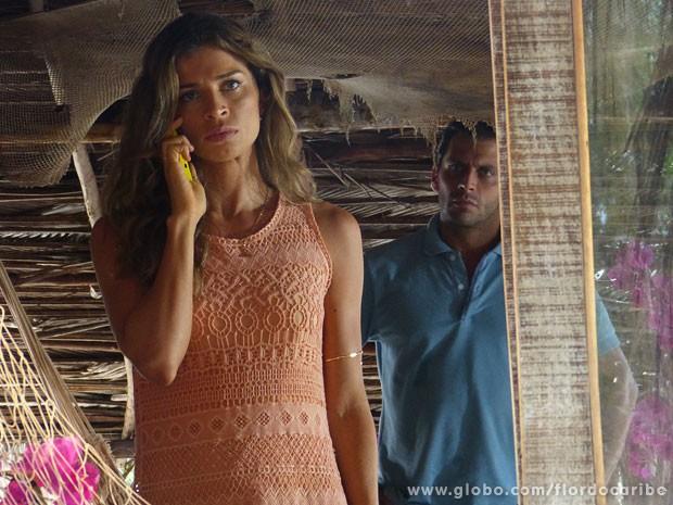 Alberto liga e corta o clima entre Ester e Cassiano (Foto: Flor do Caribe / TV Globo)