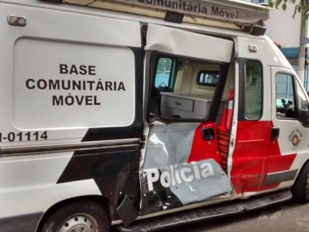 Motociclista não parou em cruzamento e danificou base móvel da PM (Foto: Divulgação/Polícia Militar)