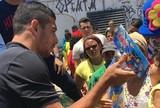 Diego Souza tira manhã para entregar presentes a crianças na Mustardinha