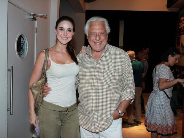 Antônio Fagundes e a namorada, Alexandra Martins,  em teatro na Zona Sul do Rio (Foto: Marcello Sá Barretto/ Ag. News)