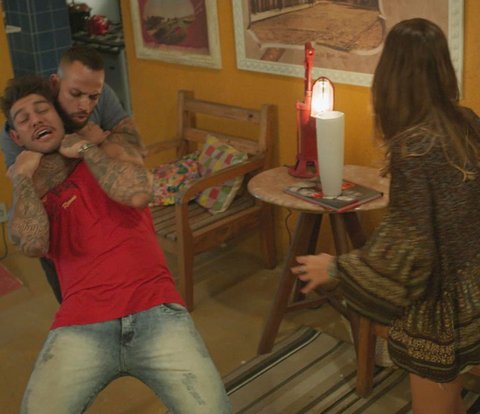 Fortão agarra Uodson no hostel (Foto: TV Globo)