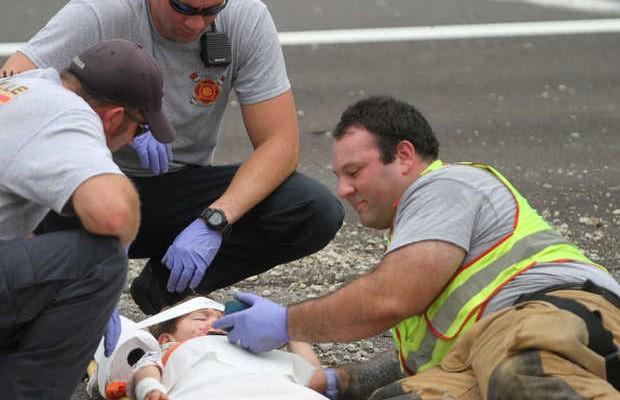 Criança é acalmada por bombeiro (Foto: Reprodução / Imgur)