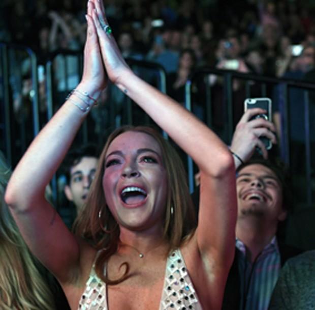Lindsay Lohan com o noivo, Egor Tarabasov, ao fundo, de bigode (Foto: The Grosby Group)