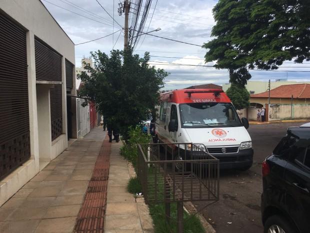 Casa onde houve o esfaqueamento; vítimas foram socorridas pelo Samu (Foto: Alexandre Cabral/ TV Morena)