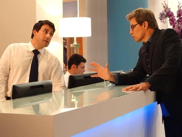 Felipe oferece mais dinheiro e consegue um quarto para Carolina (Foto: Guerra dos Sexos / TV Globo)