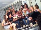 Ex-BBB Rodrigão grava clipe cercado por mulheres