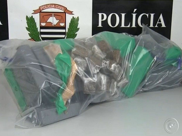 Droga era armazenada na Vila Real em Várzea Paulista (Foto: Reprodução TV TEM)