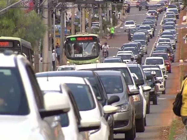 Tráfego no corredor de ônibus da Avenida T-63 é liberado temporariamente Goiânia Goiás (Foto: Reprodução/ TV Anhanguera)