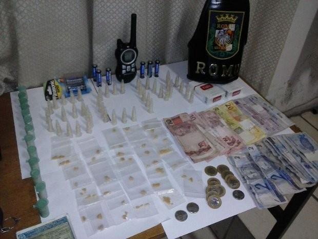 Dinheiro e porções de crack e cocaína foram encontradas com o trio (Foto: Divulgação/ Guarda Municipal de São Roque)