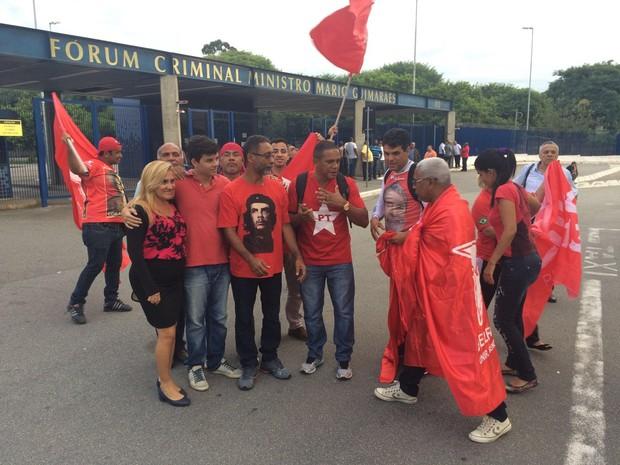 Grupo pró Lula protesta (Foto: Márcio Pinho/G1)