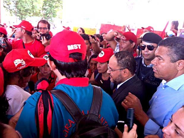 Ministro da Educação, José Henrique Paim, conversa com integrantes do MST (Foto: Isabella Formiga/G1)