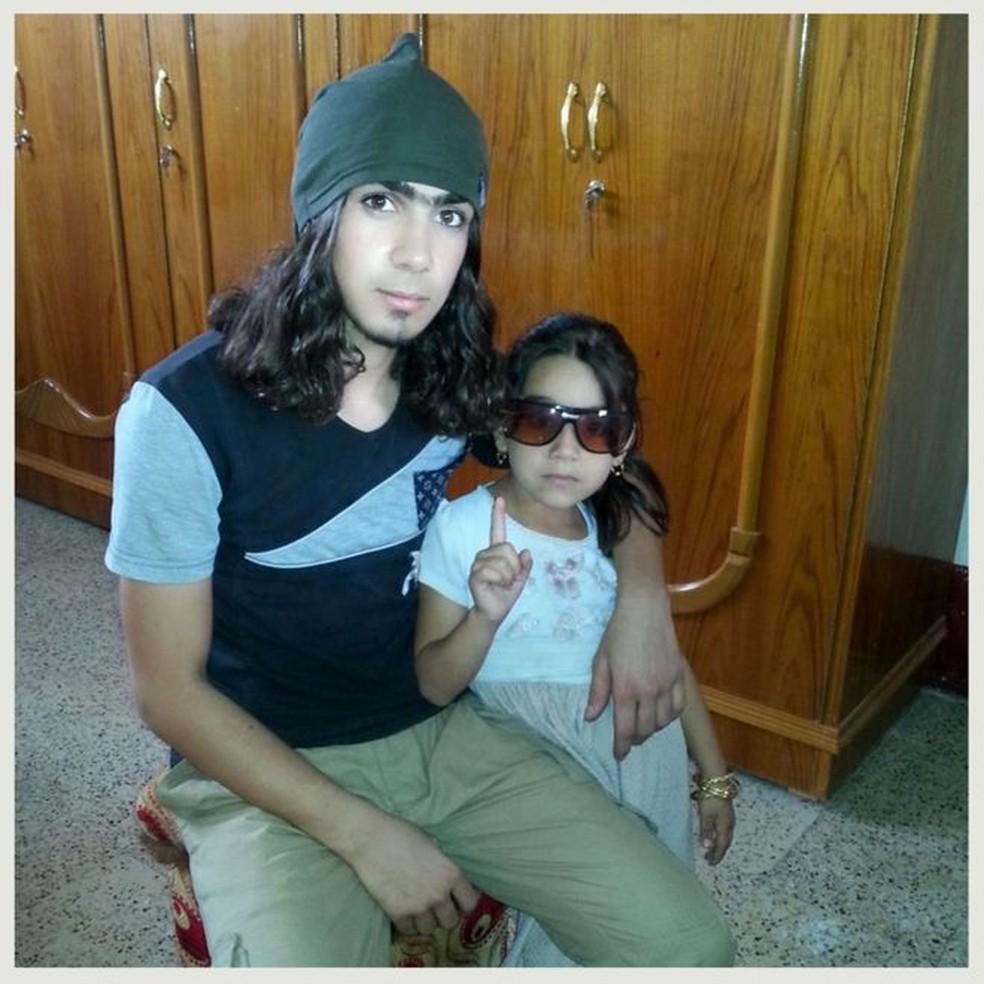 Uma das fotos mostra o jovem ao lado de alguém que parece ser sua irmã (Foto: BBC)