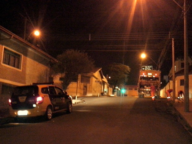 Coletores de lixo são escoltados por guardas municipais em Piracicaba (Foto: Leon Botão/G1)