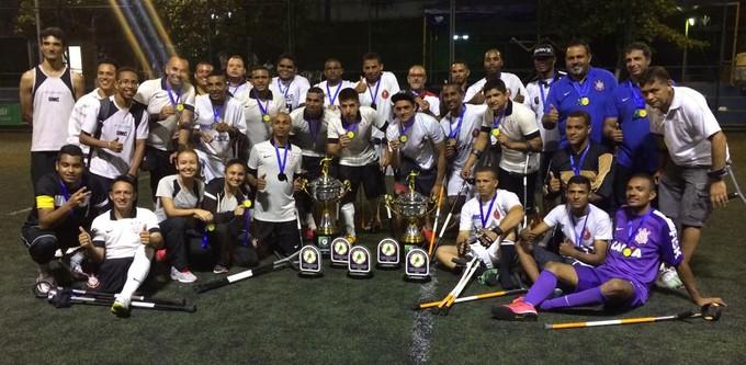Equipe alvinegra reunida após o título da Copa do Brasil (Foto: Divulgação/Rogério Almeida)