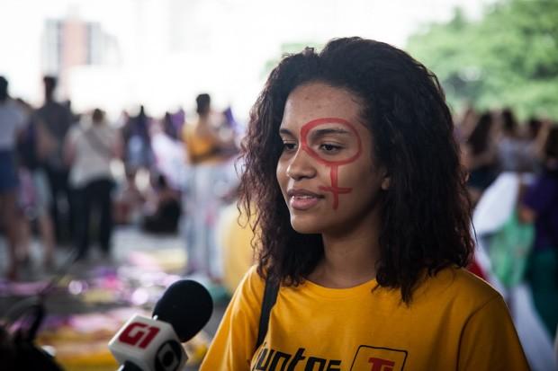 Karen tem 16 anos e há cerca de três meses começou a participar do Juntos: ela diz ser contra o PL 5069 porque acredita que os homens não devem legislar sobre o corpo das mulheres (Foto: Fabio Tito/G1)
