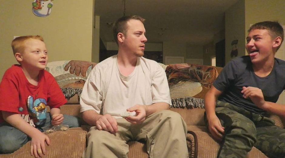Cody, o mais novo (à esquerda), era a vítima mais comum nos vídeos publicados pelos pais (Foto: Reprodução Youtube)