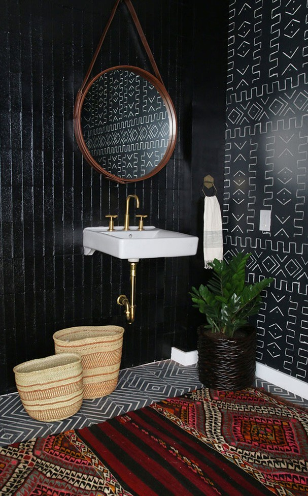 12 banheiros escuros que esbanjam personalidade