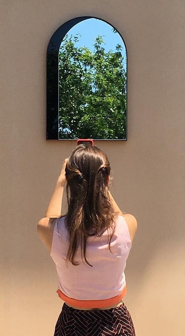 Por conta da moldura e do formato do espelho, ele lembra uma pequena janela (Foto: Reprodução/Instagram)