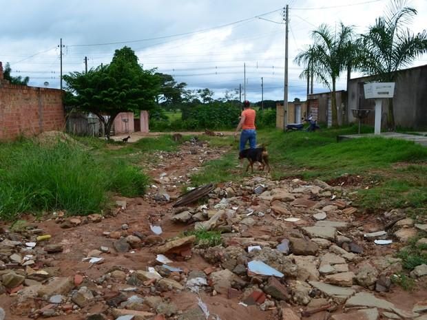 Rua fica com alguns trechos intransitáveis, conforme moradores (Foto: Samira Lima/G1)