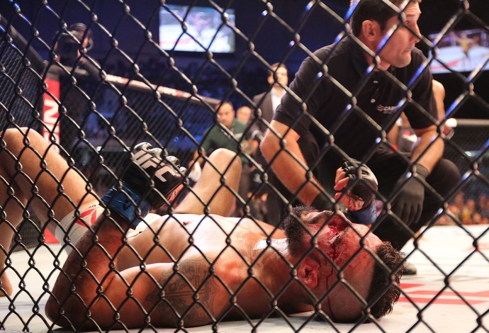 Ronaldo Jacaré x Vitor Belfort UFC 198 (Foto: Giuliano Gomes/PR PRESS)