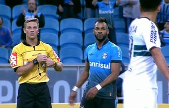 Árbitro dá encarada em jogador do Coritiba após quase levar bolada. Veja!