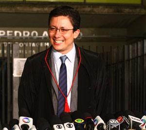 Promotor Henry Castro sorri após decisão que condenou réus (Foto: Maurício Vieira/G1)