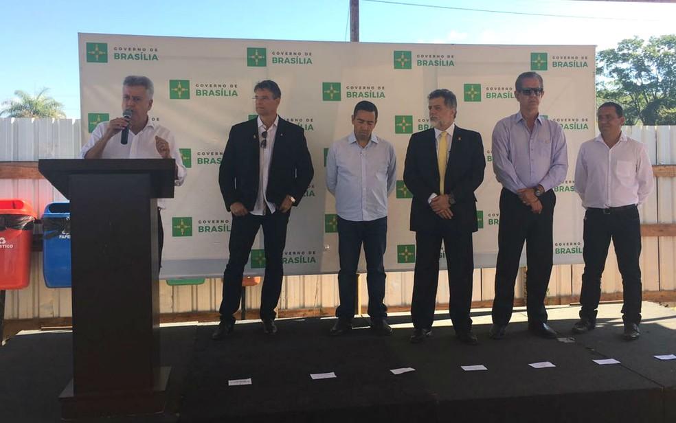 Governador Rodrigo Rollemberg e representantes do governo anunciam 12 obras em mobilidade urbana inciadas no DF (Foto: Luiza Garonce/G1)