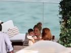 Shakira curte tarde com o filho em terraço de hotel