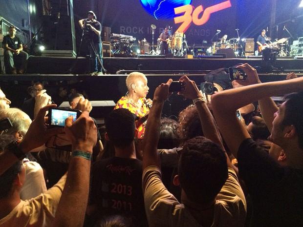 Angelique Kidjo desceu do palco até a grade (Foto: José Raphael Berrêdo / G1)