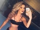 Tatiele Polyana exibe cintura de pilão em clique só de lingerie
