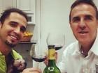 Após polêmica com filhos, Latino toma vinho com macaco a tiracolo
