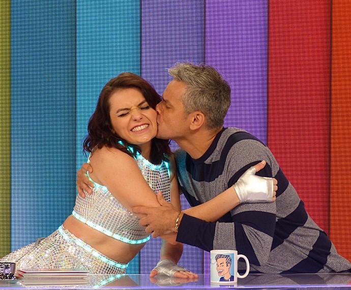 A aniversariante Monica Iozzi ganhou um beijo carinhoso de Otaviano Costa (Foto: Cristina Cople / Gshow)