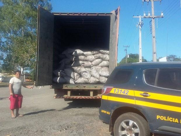 PRF apreende 950 sacos de carvão vegetal irregular no Maranhão (Foto: Divulgação/PRF)