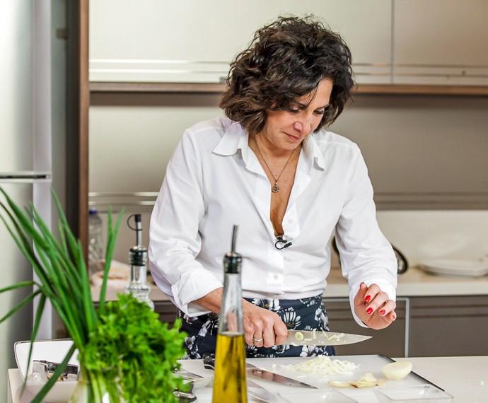 Totia conta que é esforçada para aprender a cozinhar (Foto: Artur Meninea/Gshow)