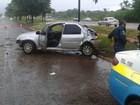 Motorista fica ferido após carro aquaplanar e bater em árvore em MS