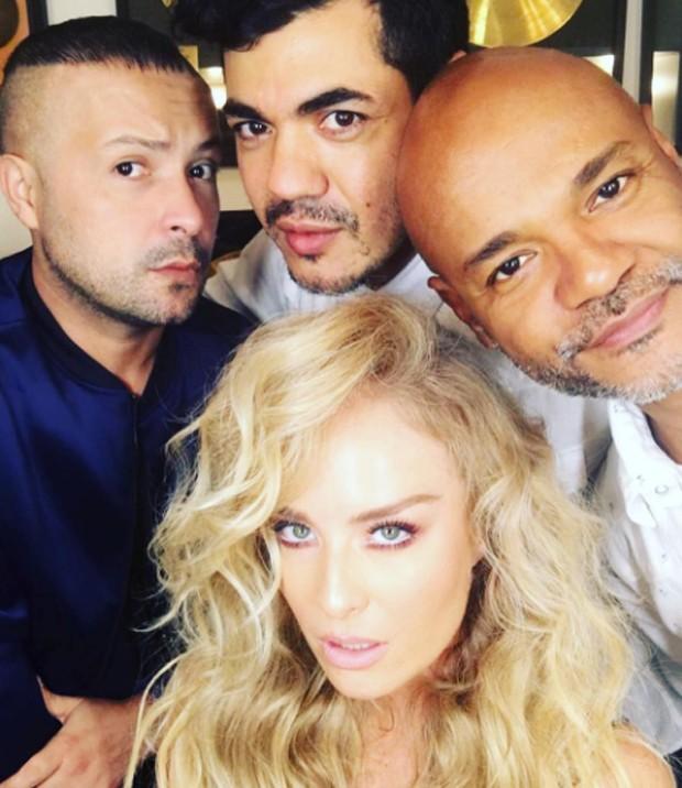 Angélica posa com equipe de beleza (Foto: Reprodução)