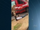 Bombeiro pisa na cabeça e dá tapa em suspeito detido por roubo; vídeo