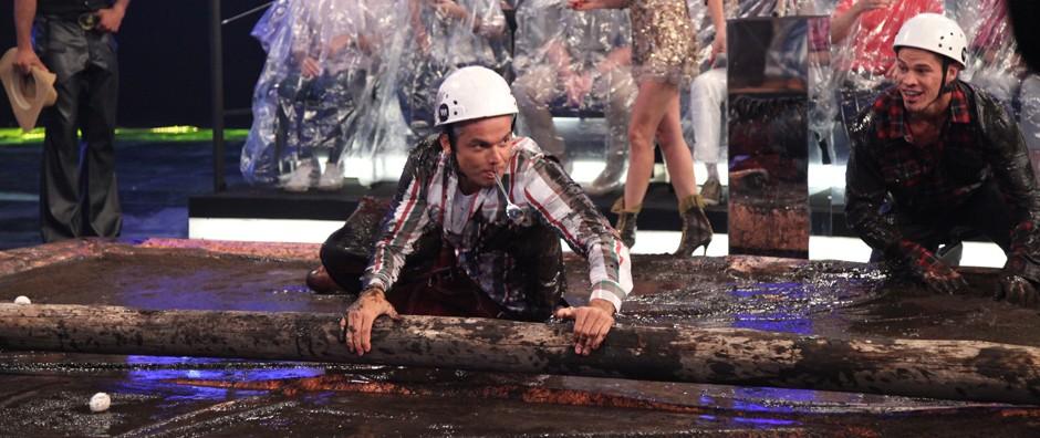 Tontos, Otaviano Costa e Loreto dançam e atravessam pista de lama (Carol Caminha / Gshow)