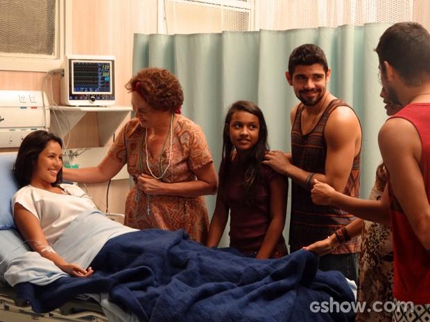 Vó Tita revela a Fátima que Kléber esperou no hospital até ela estar fora de perigo (Foto: Além do Horizonte/TV Globo)