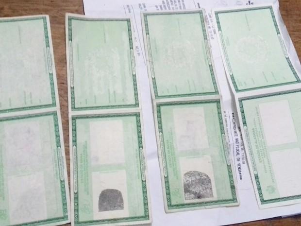 No total, PRF apreendeu 22 documentos falsos, incluindo identidades em branco que seria usadas para confecção de novas falsificações (Foto: Divulgação/PRF-PB)
