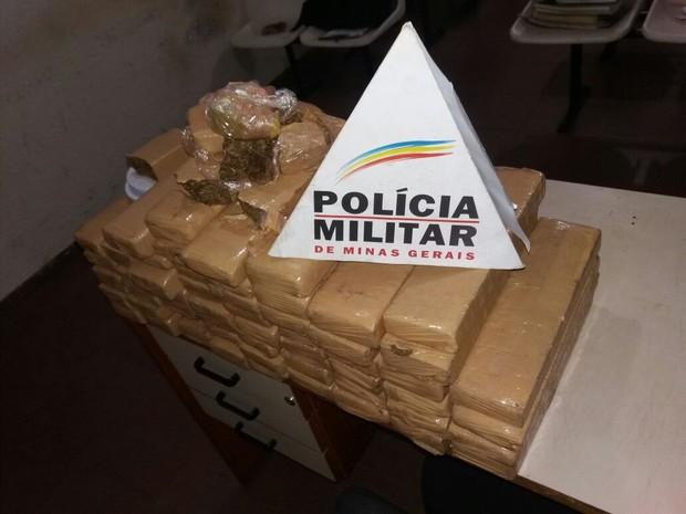 PM encontra quase 60kg de maconha enterrados em quintal em Uberlândia (Foto: Polícia Militar/Divulgação)
