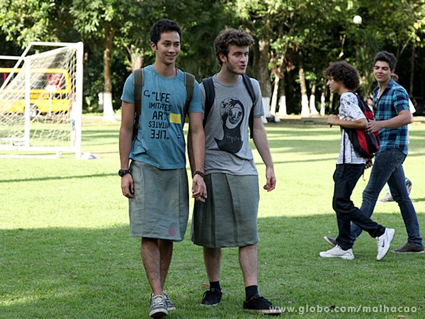 Ben e Sidney passeiam pelo pátio do colégio Destaque de saia (Foto: Jacson Vogel / TV Globo)