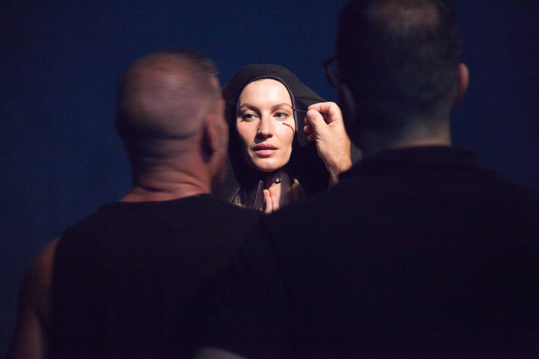 Gisele Bündchen no making of da edição (Foto: Divulgação)