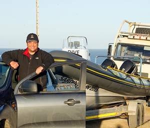 O fotógrafo brasileiro Daniel Botelho viajou pela Áfica do Sul rebocando um bote para clicar a corrida das sardinhas (Foto: Ane Calixto/ Arquivo pessoal)