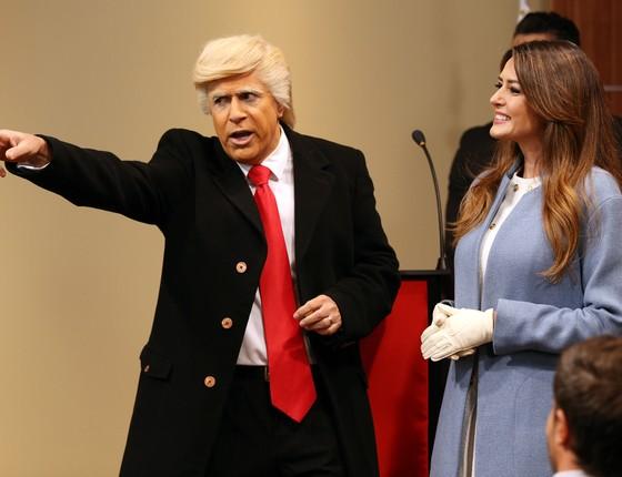 O humorista encarna Tonald Tromp e a atriz Marcia Frítolli interpreta Melanie, inspirada na primeira-dama americana  (Foto: Divulgação)